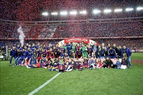 Barca mừng công: Messi hôn vợ, Pique cắt lưới - 11