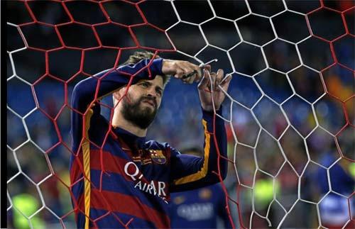 Barca mừng công: Messi hôn vợ, Pique cắt lưới - 10