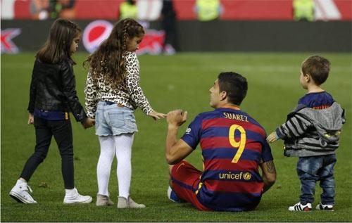 Barca mừng công: Messi hôn vợ, Pique cắt lưới - 9