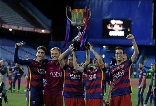 Barca mừng công: Messi hôn vợ, Pique cắt lưới - 8