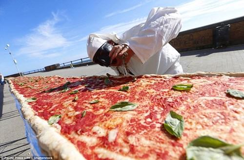 Choáng với chiếc bánh pizza dài hơn 1,8km - 3
