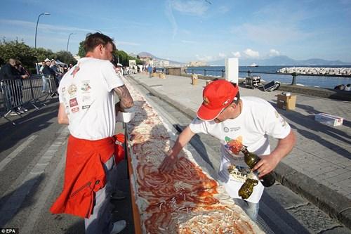 Choáng với chiếc bánh pizza dài hơn 1,8km - 7
