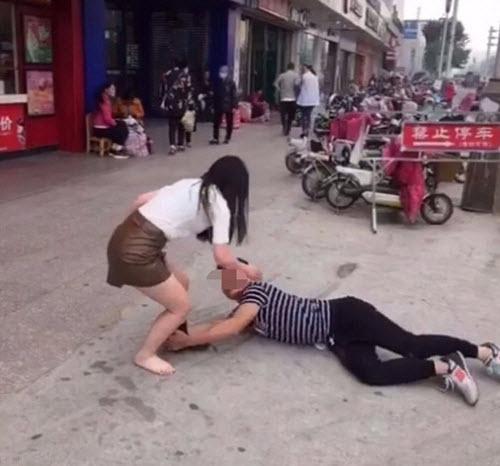 Cô gái bị tụt quần tất giữa đường vì muốn chia tay - 3
