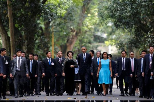 Tổng thống Obama và Chủ tịch Quốc Hội cho cá ăn ở ao cá Bác Hồ - 1