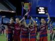 Barca mừng công: Messi hôn vợ, Pique cắt lưới