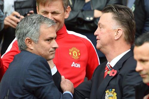 MU: Mourinho báo cho Van Gaal biết quyết định sa thải - 1