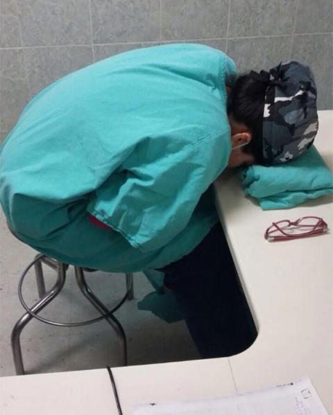 """Chùm ảnh bác sĩ ngủ gật trong ca trực gây """"sốt"""" mạng - 3"""