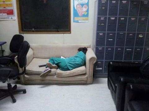 """Chùm ảnh bác sĩ ngủ gật trong ca trực gây """"sốt"""" mạng - 4"""