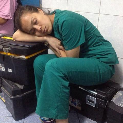 """Chùm ảnh bác sĩ ngủ gật trong ca trực gây """"sốt"""" mạng - 5"""