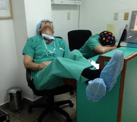 """Chùm ảnh bác sĩ ngủ gật trong ca trực gây """"sốt"""" mạng - 6"""