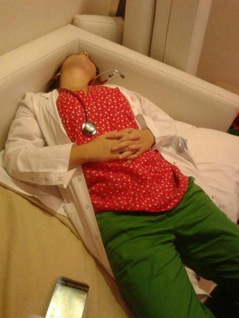 """Chùm ảnh bác sĩ ngủ gật trong ca trực gây """"sốt"""" mạng - 8"""