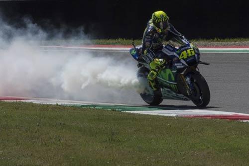 MotoGP: Hoàng đế ngã ngựa, hoàng tử thua đau - 1