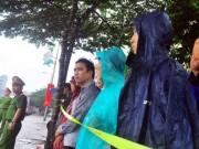 Tin tức trong ngày - Ảnh: Người dân Hà Nội đội mưa chờ đoàn xe của TT Obama