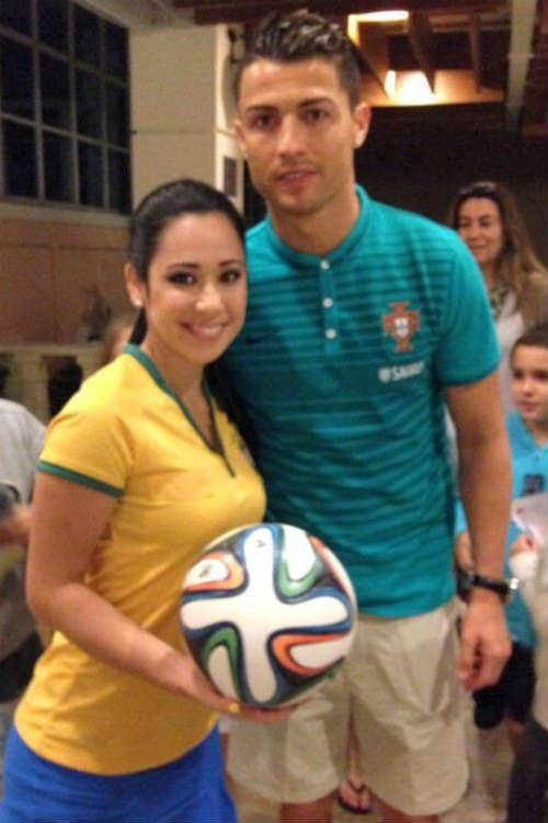 Người đẹp Brazil chơi bóng điêu luyện với giày cao gót - 1