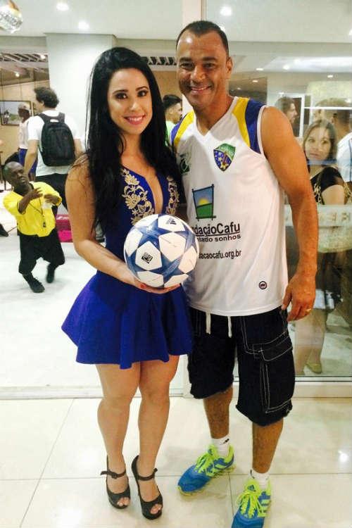 Người đẹp Brazil chơi bóng điêu luyện với giày cao gót - 2