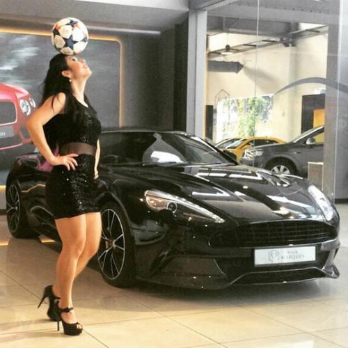 Người đẹp Brazil chơi bóng điêu luyện với giày cao gót - 3