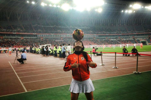 Người đẹp Brazil chơi bóng điêu luyện với giày cao gót - 4