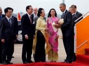Thiếu nữ xinh đẹp Sài thành tặng hoa sen cho TT Obama