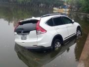 Tin tức trong ngày - Hà Nội: Xế hộp nổi lềnh bềnh giữa hồ Hoàng Cầu