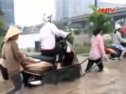 """Video An ninh - Clip: Người Hà Nội """"cầu cứu"""" xe bò qua đường ngập"""