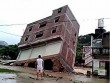 TQ: Mưa to khiến nhà 3 tầng đổ sụp trong tích tắc