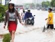 Mặc gì đi làm khi đường phố ngập nước?