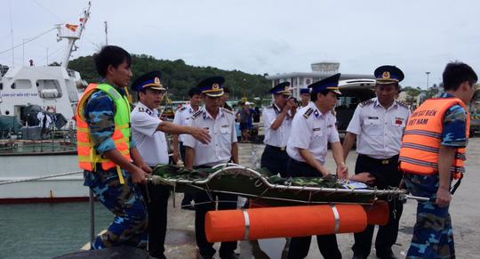 15 giờ vật lộn với tàu lật, cứu ngư dân trên biển - 1