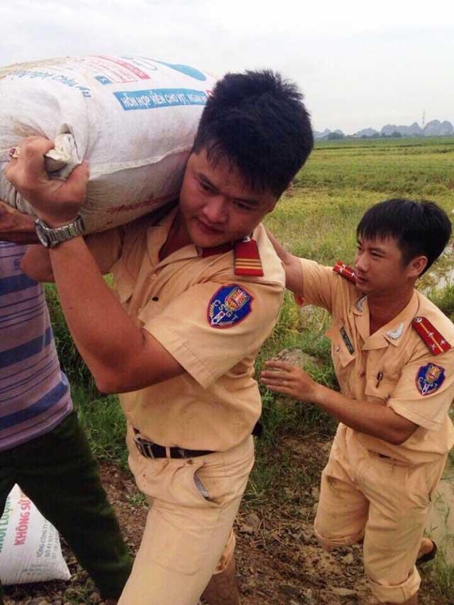 CSGT lội ruộng, ngâm mình cứu lúa trong nước lũ - 1