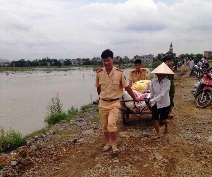 CSGT lội ruộng, ngâm mình cứu lúa trong nước lũ - 3