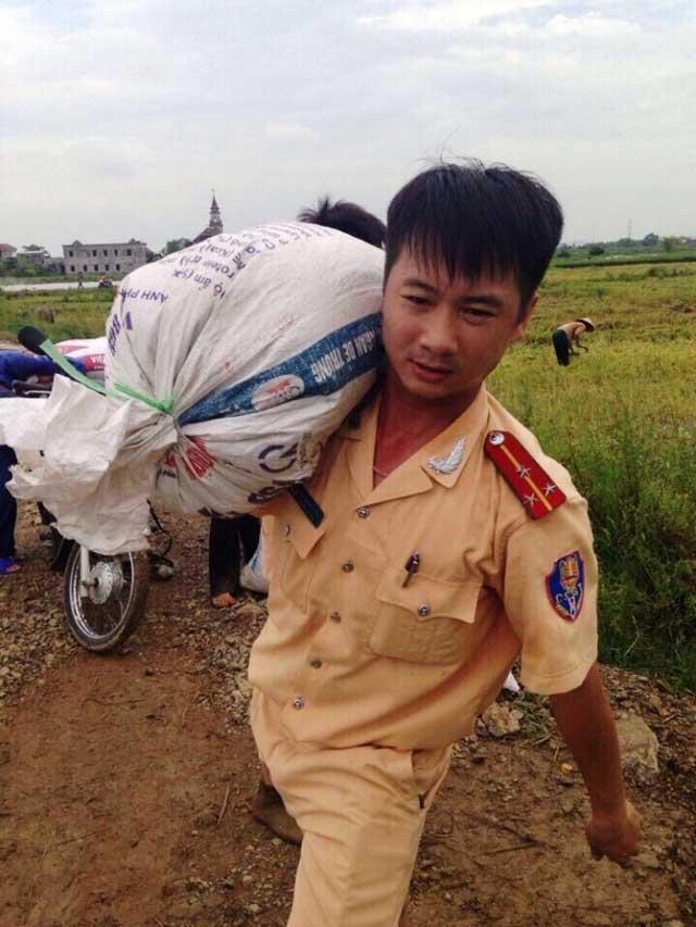 CSGT lội ruộng, ngâm mình cứu lúa trong nước lũ - 5