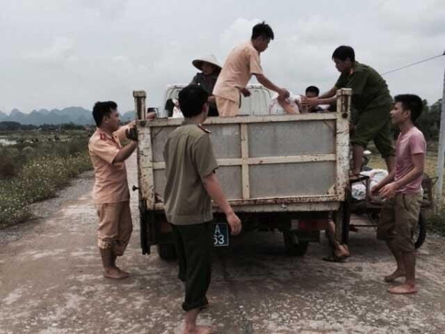 CSGT lội ruộng, ngâm mình cứu lúa trong nước lũ - 7