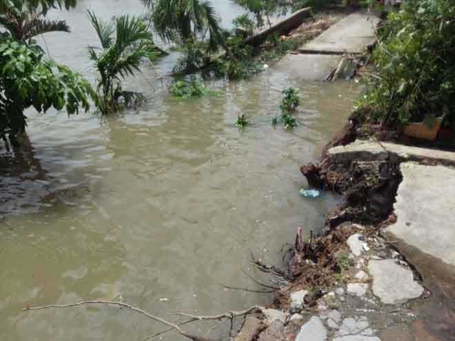 Đường bê tông rơi tùm xuống sông, dân sợ xanh mắt - 2