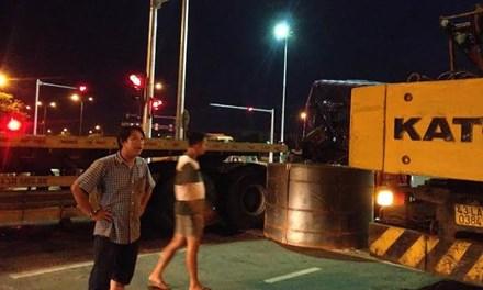 Khối thép 45 tấn rơi xuống đường, người dân hú vía - 1