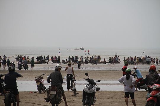 Cận cảnh cá voi khủng chết trôi dạt trên biển Nghệ An - 4