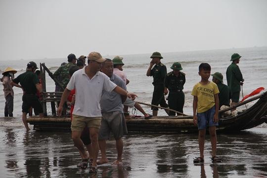 Cận cảnh cá voi khủng chết trôi dạt trên biển Nghệ An - 5