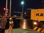 Tin tức trong ngày - Khối thép 45 tấn rơi xuống đường, người dân hú vía
