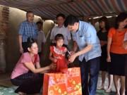 Thứ trưởng Bộ Y tế Nguyễn Thanh Long thăm và tặng quà cho thiếu nhi nhiễm HIV/AIDS