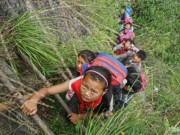 Cảnh trẻ em TQ leo vách núi dựng đứng 800m đi học