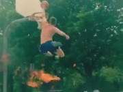 Thể thao - Chơi liều: Bay qua lửa ngùn ngụt để... úp rổ