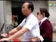 Video: Chồng mù 2 mắt đèo vợ đi làm ở Trung Quốc