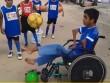 Clip: Cậu bé ngồi xe lăn khéo léo tâng bóng cực đỉnh