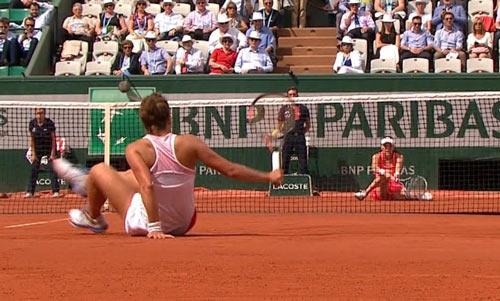 Hot shot Roland Garros: Hai người đẹp vừa ngồi vừa đánh - 1
