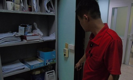 Con ốm, cậy nhà gần bệnh viện xông vào hành hung bác sĩ - 1