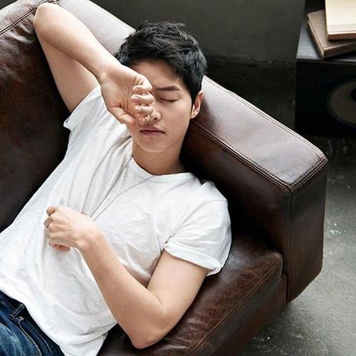 """Những khoảnh khắc """"đốn tim"""" fan của Song Joong Ki - 6"""