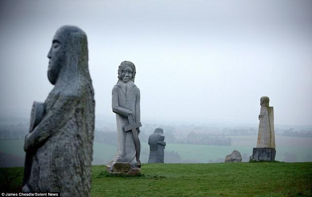 Thung lũng Thánh thần với 1.000 tượng đá kì vĩ ở Pháp - 1