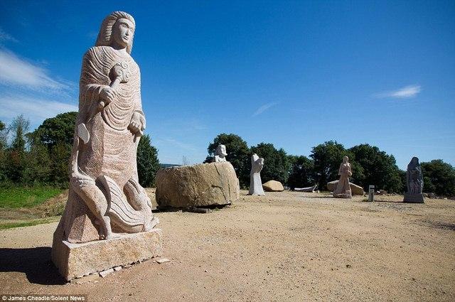 Thung lũng Thánh thần với 1.000 tượng đá kì vĩ ở Pháp - 2