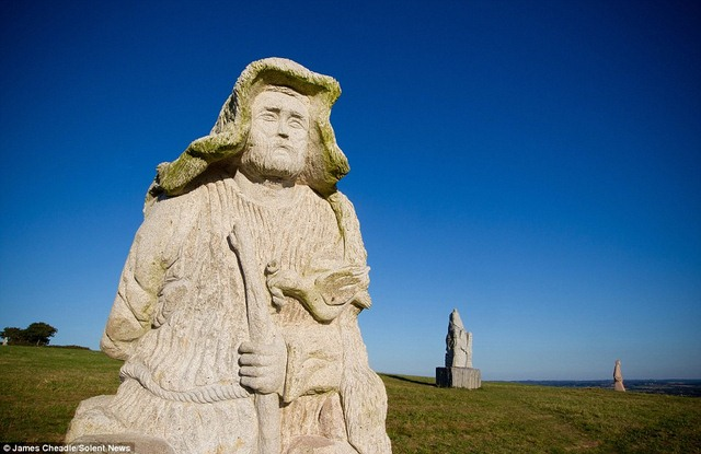Thung lũng Thánh thần với 1.000 tượng đá kì vĩ ở Pháp - 3