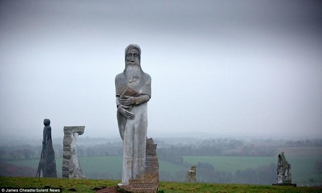 Thung lũng Thánh thần với 1.000 tượng đá kì vĩ ở Pháp - 4