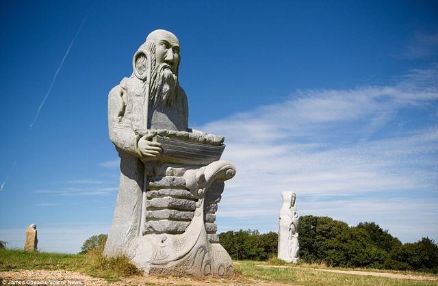 Thung lũng Thánh thần với 1.000 tượng đá kì vĩ ở Pháp - 7