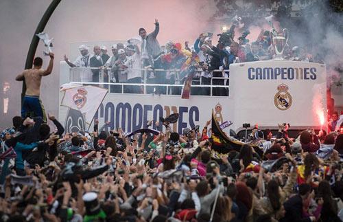 Thầy trò Zidane trở về Madrid, mở hội cùng biển người - 2